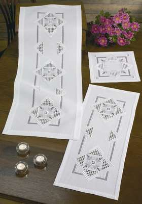 Mauve medallion table runner - click for larger image