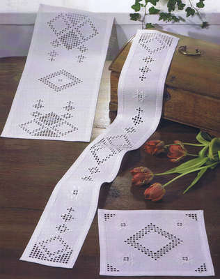 Openwork diamonds table runner - click for larger image