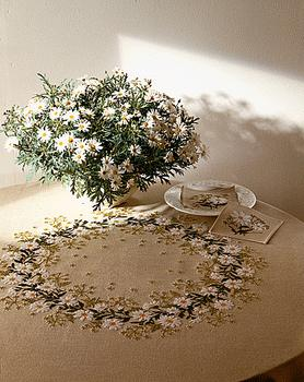 Circle of Ox-eye Daisy Table Cover