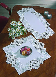 White daisy spray table runner - click for larger image